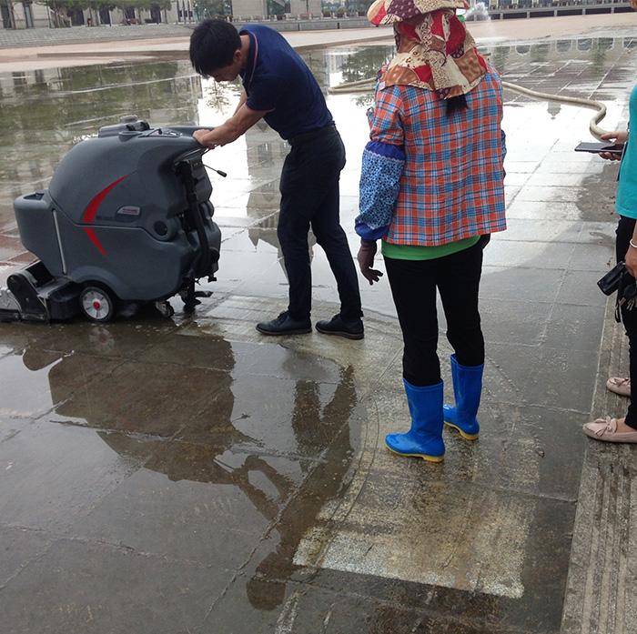 收米体育直播雨燕中关村使用洗扫一体机保洁景观水池