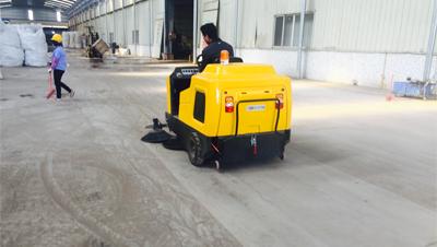 收米体育直播雨燕物流园用扫地车清扫地面粉尘沙粒